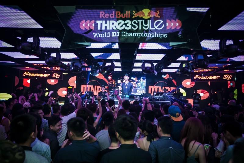 2016 Red Bull 3style台灣冠軍DJ DinPei以高超混音與手指鼓技巧驚豔全場,也讓國際看見他的實力。