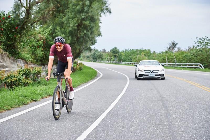 台灣賓士出動 Mercedes-AMG SLC 43 陪伴選手朝向目標勇往直前,圖為弗洛丹諾(Jan Frodeno)於賽前熟悉台東路線練習準備。