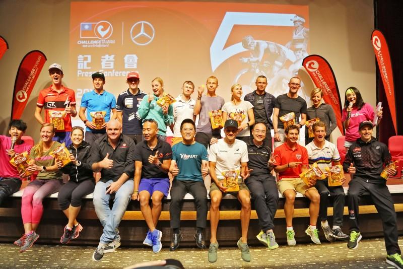 來自世界各國的參賽選手與主辦單位、台東縣縣長、及賽事最大贊助廠商台灣賓士代表合影留念。