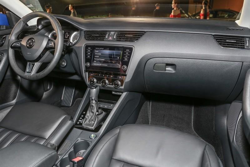 座艙內設計與小改款前大抵相同,不過特別將三幅真皮多功能方向盤列為標準配備。
