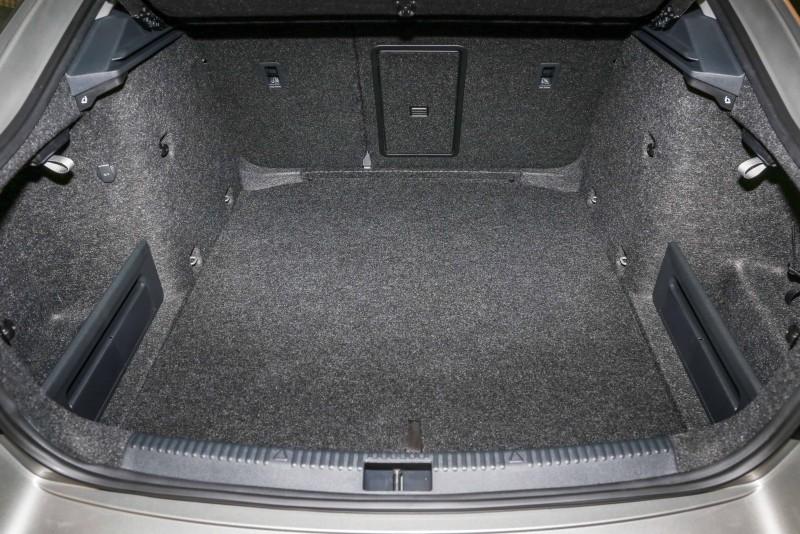 空間表現一直為Octavia車系的市場優勢,不僅座艙內的乘坐空間出色,後廂置物容積同樣傲人,其中標準乘坐時房車車型就可達590公升,Combi旅行車車款更可達610公升之譜。