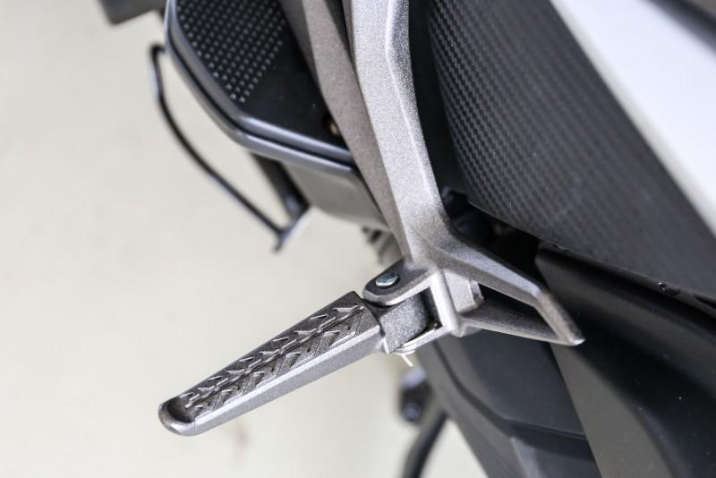 整合外露式車架的後腳踏設計(150車型)。