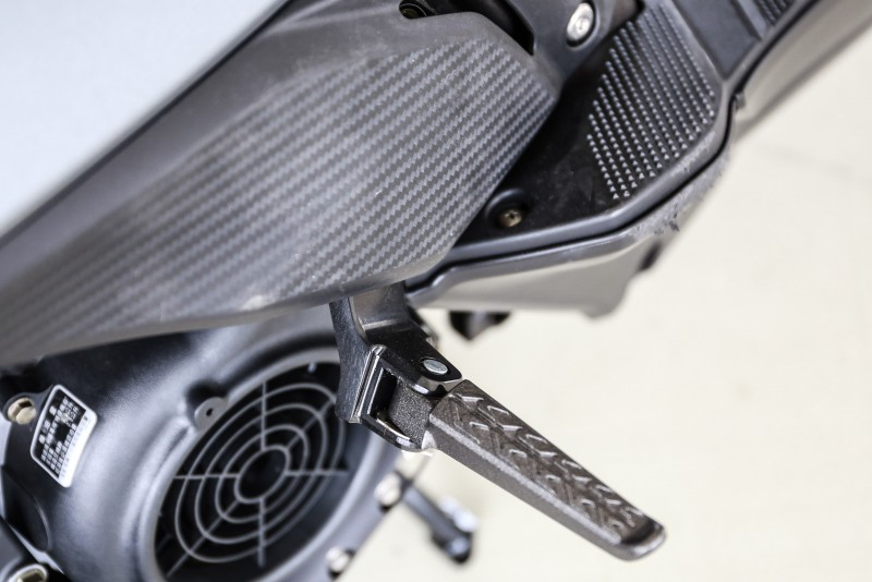 此為125車型的後腳踏設計,連接車體處與150有明顯不同。