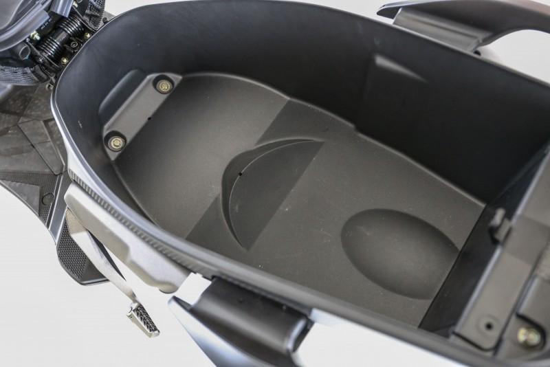 寬大的坐墊下置物空間可以放入大多數品牌的一頂全罩式安全帽。