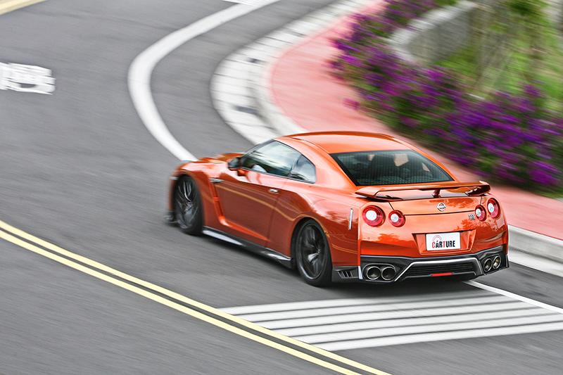 誰都能開得超級快,GT-R於是輕易地滿足男人從不輸人的原始競爭心。