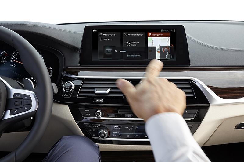 全新BMW 520i Luxury車型預售期間可享免費升級BMW智能衛星導航系統含10.25吋iDrive中央顯式觸控螢幕,並擁有手勢控制功能。