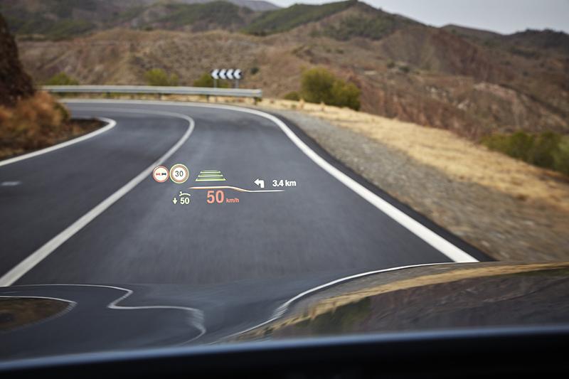 全新BMW 520i M Sport車型預售期間可享免費升級結合導航功能的大面積全彩車況抬頭顯示器。