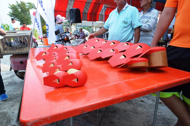 紅腳笭 鴿子身上要背的特殊發出聲響的器材,不同尺寸,大中小都有。