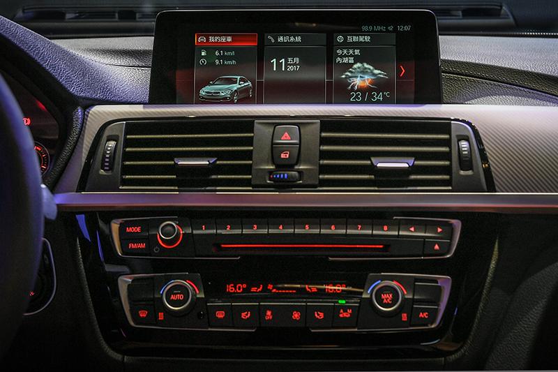 小改款BMW 4 Series中控面板為黑色高光澤材質,空調、音量調整旋鈕以鍍鉻材質點綴。430i、440i車型搭載iDrive 6.0控制系統。