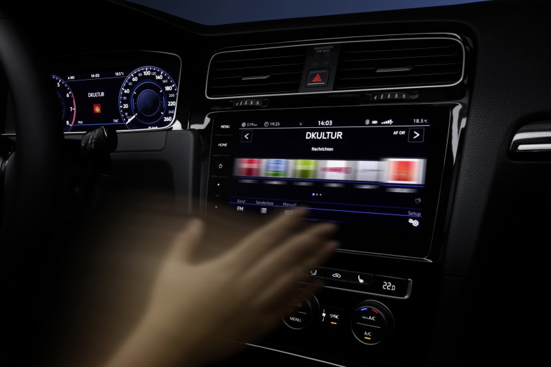 新款Golf配置有DiscoverPro影音資訊娛樂系統附手勢控制、以及可高擴充運用之App-Connect多媒體鏡射功能,於「人因介面與連接系統」類別拔得頭籌。