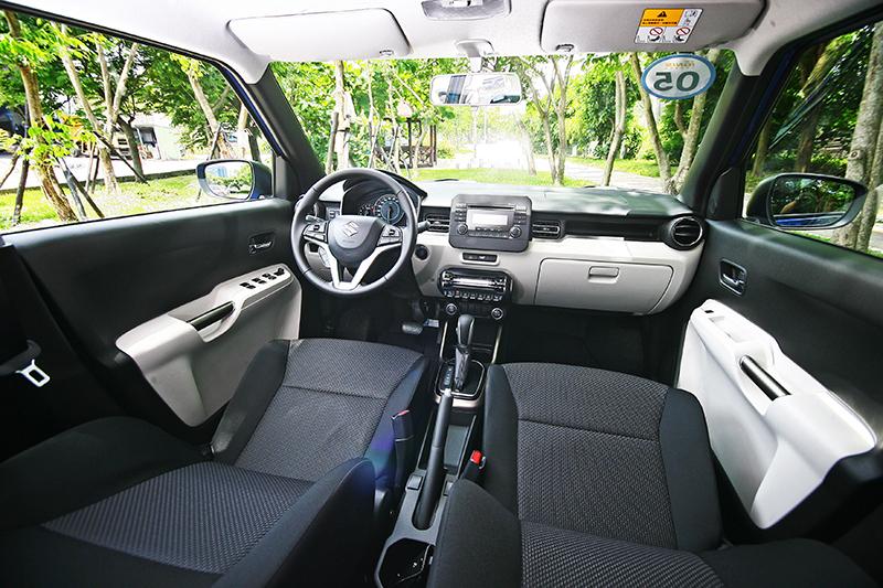 換個車款看Ignis的座艙,依照配色,藍色車身則配上灰銀色握把與排檔座飾板。