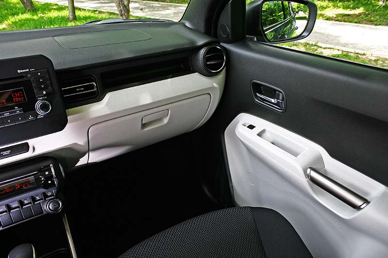 多換幾個角度看看車室質感,雙色化的設計一點也不會因為定位因素有所偷工減料。