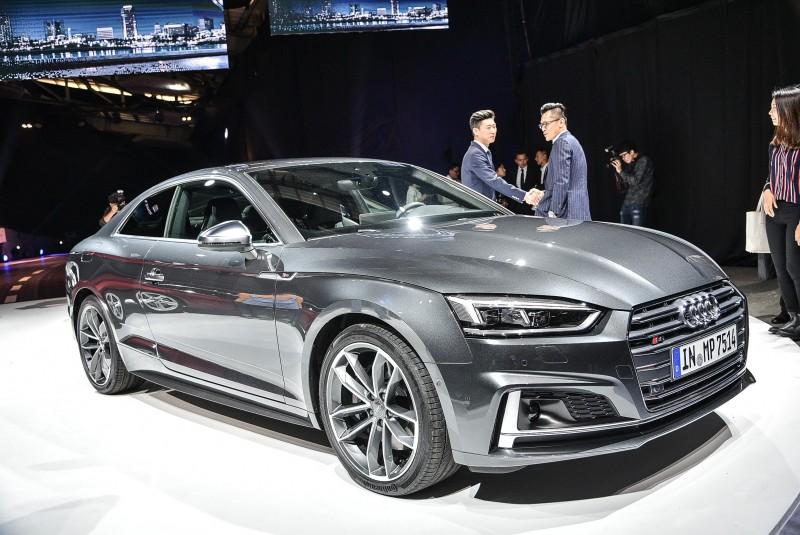 Audi S5 車系外觀設計,透過專屬的運動跑車化套件點綴,搭配19吋鋁合金輪圈,讓外觀更增添GT跑車韻味,更顯動感,營造截然不同的全新樣貌