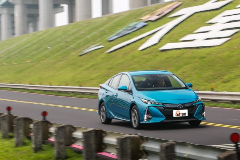 Prius PHV滿電狀態下能以純電模式行駛超過60公里距離,且高速還能達到130 km/h的表現