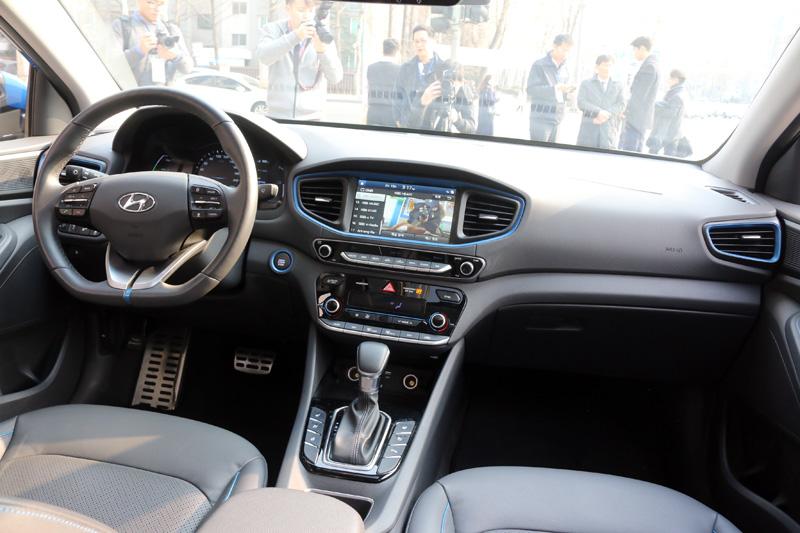IONIQ Hybrid內裝質感還算不錯,韓國當地版本配備相當齊全,包括:多功能資訊系統、車側盲點警示系統、車道偏移警示系統等一應俱全,台灣引進版本會有哪些配備則尚未得知。