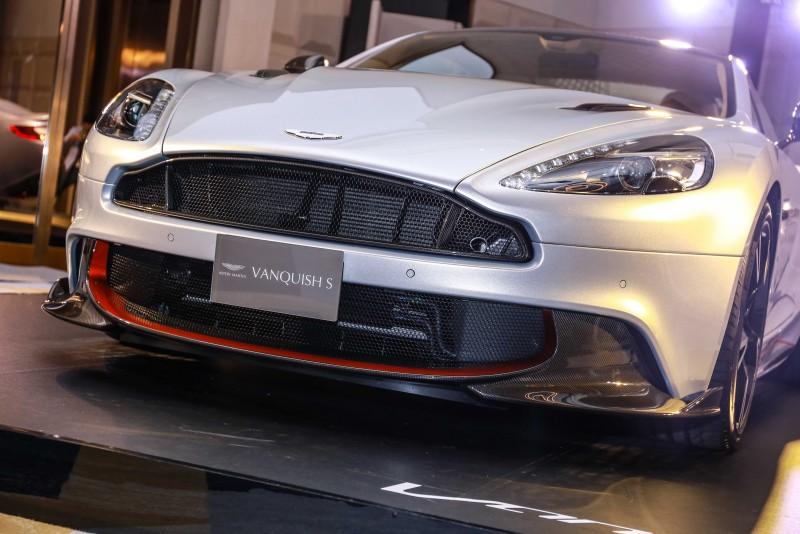 碳纖維下擾流片增加前端車身在行進間的下壓力。