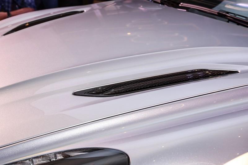 引擎蓋進氣孔片也採用碳纖維材質打造。