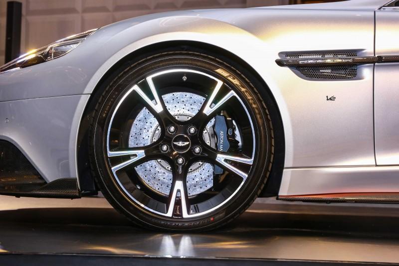 五幅雙色鍛造輪圈尺碼為20吋,搭配前255/35ZR20、後305/30ZR20輪胎規格。