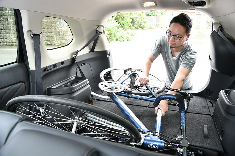擔心心愛的昂貴單車在車外風吹日曬雨淋?只要將NEW OUTLANDER後排座椅傾倒,愛車就能隨你到天涯海角!