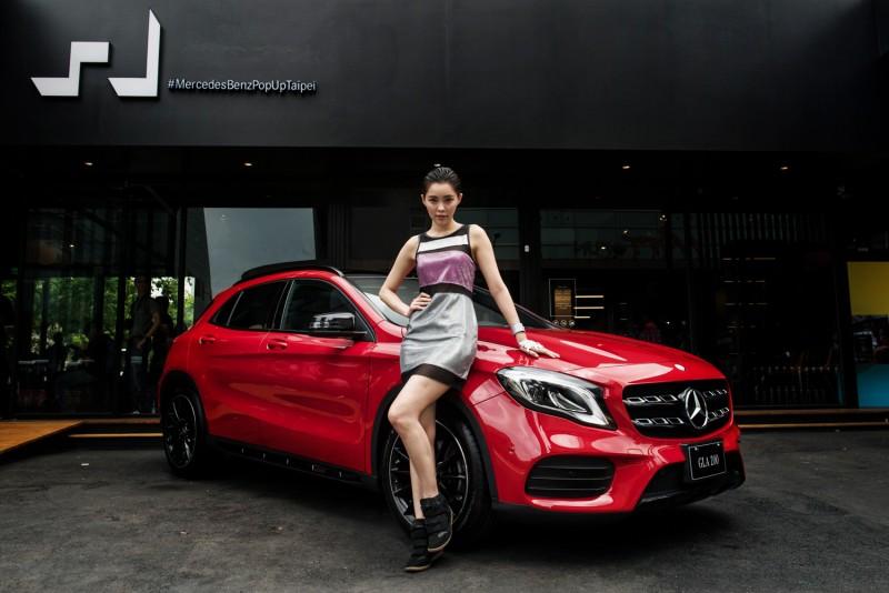小改款GLA 200搭載AMG 跑車化套件,銀色雙格柵式水箱護罩與鮮紅車身,在#MercedesBenzPopUpStoreTaipei前顯得格外搶眼。