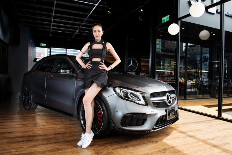頂尖性能的Mercedes-AMG GLA 45 4M,配備地表最強直列四缸引擎與全新AMG專屬空力套件,具備0.33 Cd風阻係數及4.4秒0-100加速,卓越實力不容小覷。