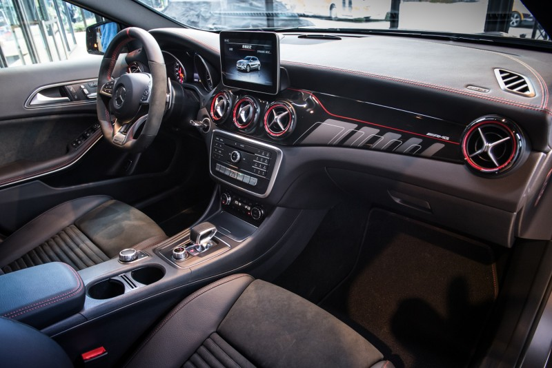 Mercedes-AMG GLA 45 4M內裝全面升級,AMG排檔桿、高性能方向盤、以及黑紅線條專屬飾板,為座艙內注入濃郁戰鬥風格。