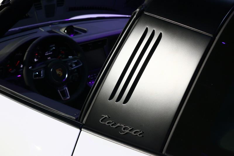 Targa 經典固定式防滾桿首次以黑色塗裝。