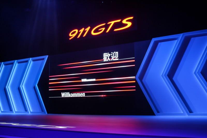 大型立體箭頭與電視牆讓舞台更有張力