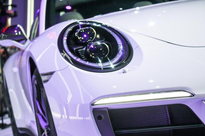 一律燻黑的蛙眼大燈在白車上就是有種迷濛眼神的視覺效果
