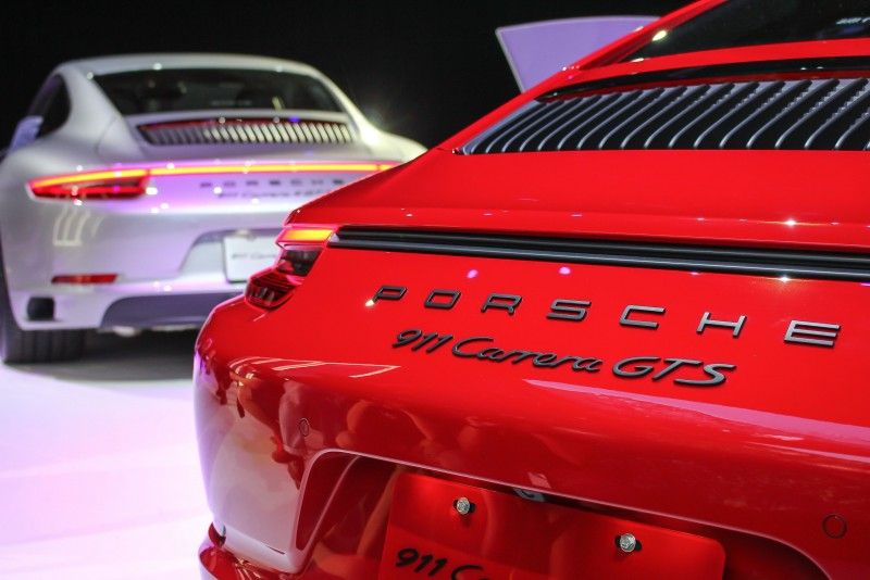 後驅的911 GTS尾燈亮線沒連在一起阿!(羨慕四驅車型)