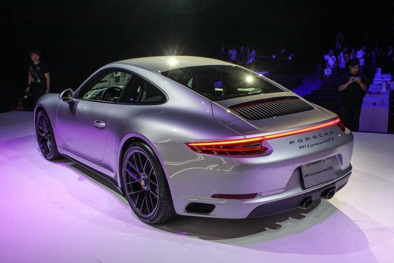 其實硬頂車型由C柱延伸到車尾的兩條鈑件折線也是神來之筆