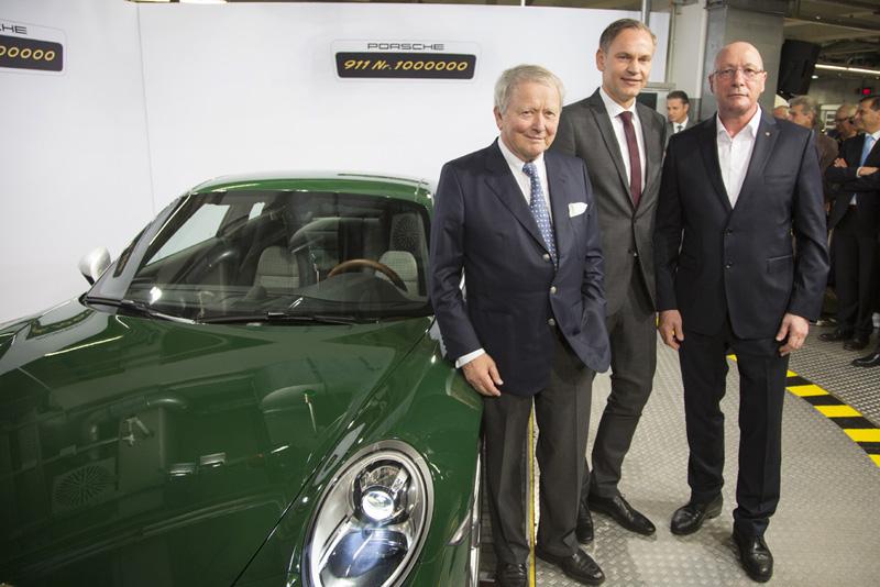 從左至右:第一百萬輛911,保時捷全球監事會主席沃爾夫岡•保時捷博士(Dr. Wolfgang Porsche);保時捷全球執行董事會主席奧博穆博士(Dr. Oliver Blume);保時捷全球集團工會主席胡克先生(Uwe Hück)合影。