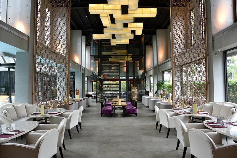 Beluga主要區分成室內以及室外兩大區塊,挑高且寬敞的主用餐區讓人感到十足舒適自在。