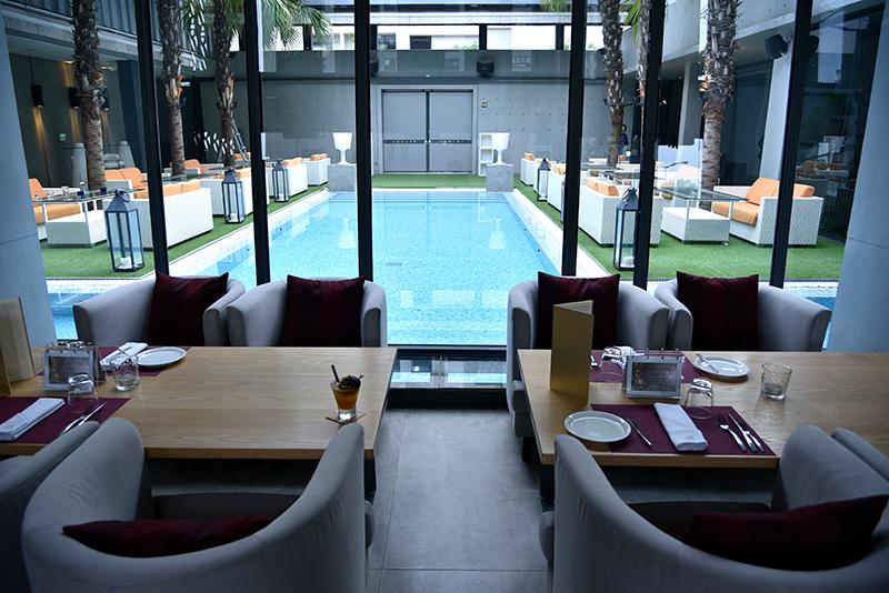 往落地窗看出去,映入眼簾的竟是座湛藍游泳池!
