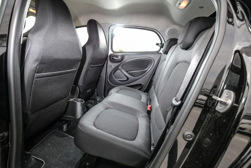 後座空間較為侷促,前座的一體成形座椅更讓前方視野稍微受限。