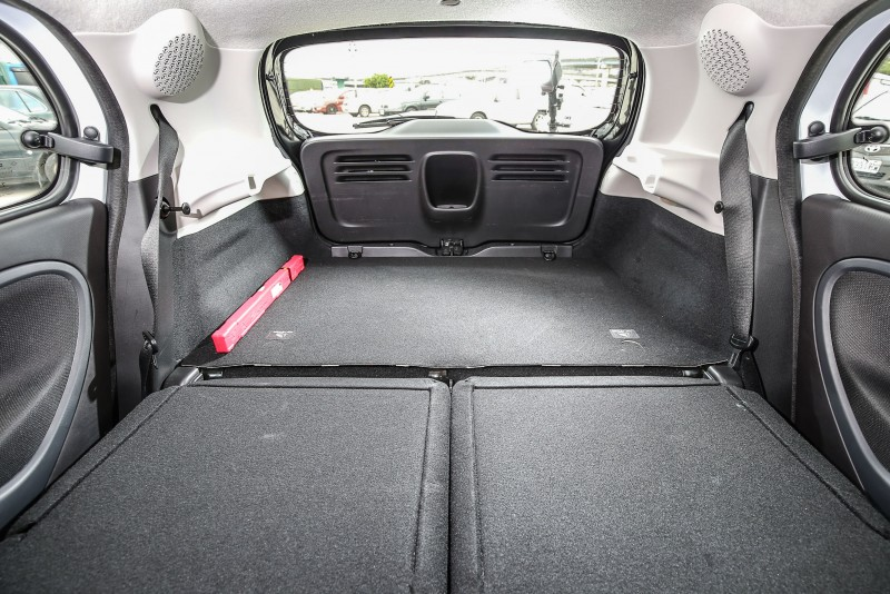 透過後座椅背的調整,後廂容積可以在185~975公升間彈性調整。