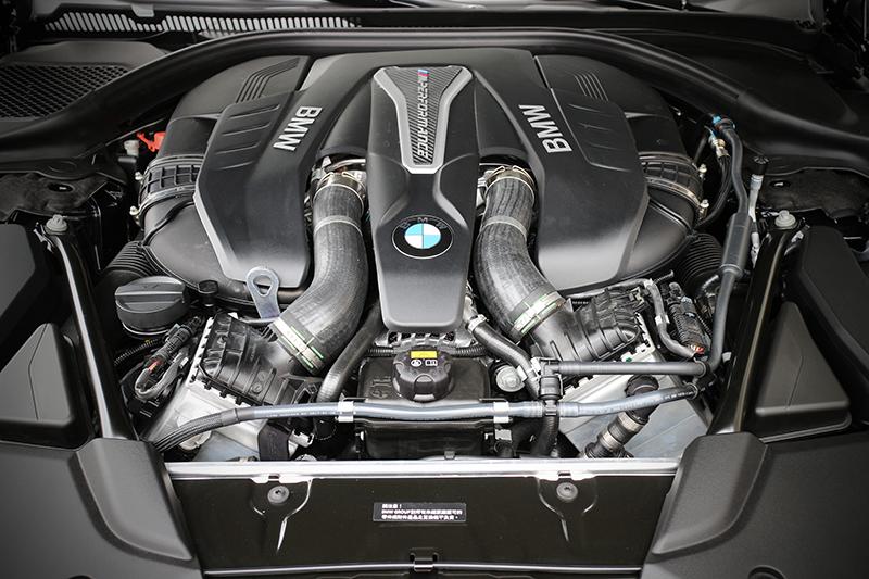 全新BMW M550i xDrive標準配備M Performamce專屬調校的Steptronic運動化八速手自排變速箱,與4.4升BMW M Performance TwinPower Turbo V型八缸汽油引擎融為一體。