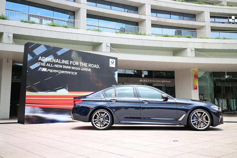 全新BMW M550i xDrive搭載M款主動式懸吊,同時也標準配備M款煞車套件含藍色煞車卡鉗。