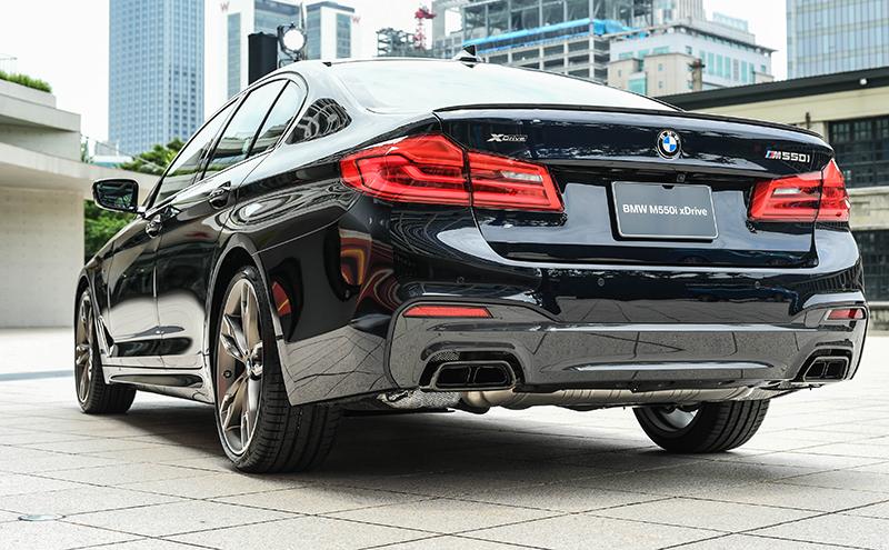 採用黑色高光澤材質的雙邊雙出矩形排氣尾管替全新BMW M550i xDrive增添不少動感元素。