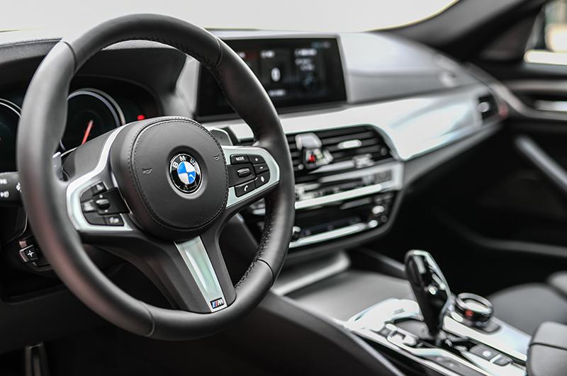 每當進入全新BMW M550i xDrive車艙中,就彷彿坐上一部正統賽車般令人難掩興奮。