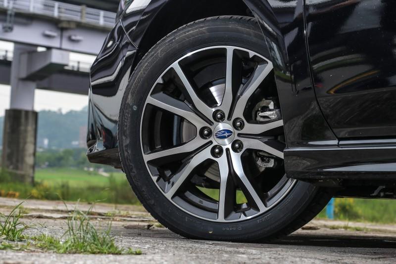 不僅車身線條剛毅率性,17吋的輪圈造型也完美呼應。