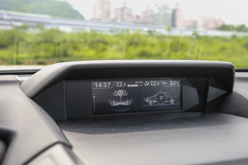控台中央上方的6.3吋LCD多功能顯示幕主要顯示車輛狀況訊息為主。