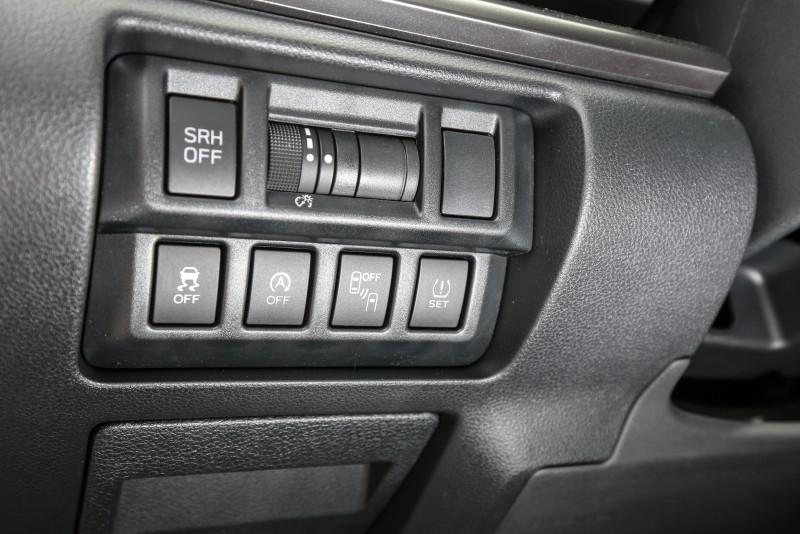 主動安全配備控制開關放置於方向盤左側。