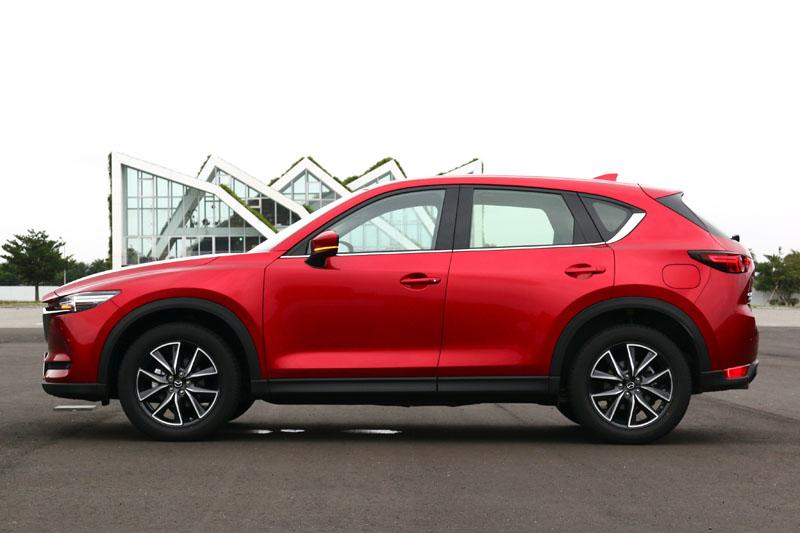 新CX-5在外觀上,設計師透過連貫成一線的車側肩線,撐起了整輛車的能量感,同時也導入了全新的晶艷魂動紅車色,多了分黑色的深邃感。