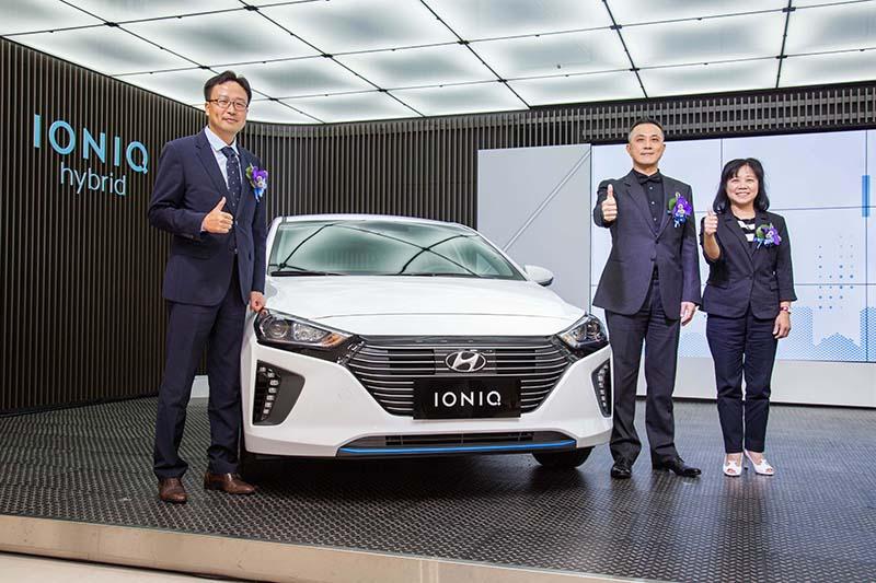左起HMC駐台代表許在永次長、南陽實業董事長蔡維力董事長、南陽實業副董事長吳麗珠副董事長。