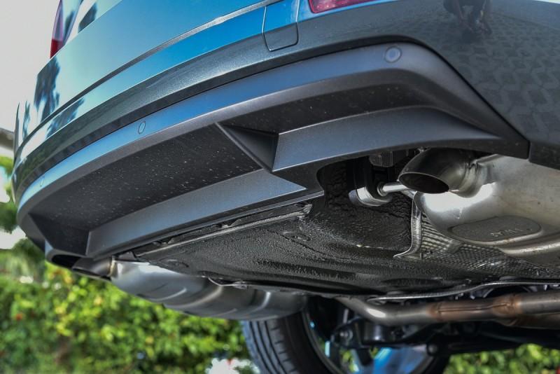 雙出排氣尾管相當低調,喜歡開車找多連桿後懸吊就對了