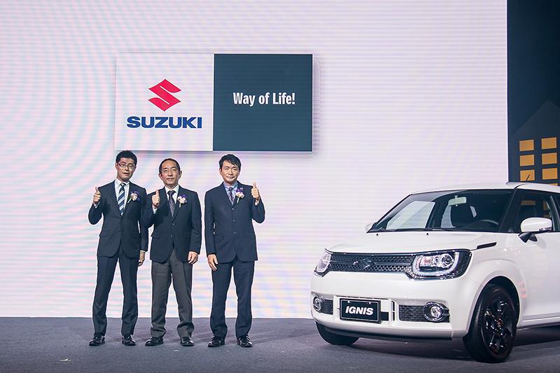 發表會現場,Taiwan Suzuki董事長鈴木忠臣(右)、副總經理高橋淳(左)以及Suzuki株式會社四輪亞洲部第一課長山下和行一同為全新Ignis站台。