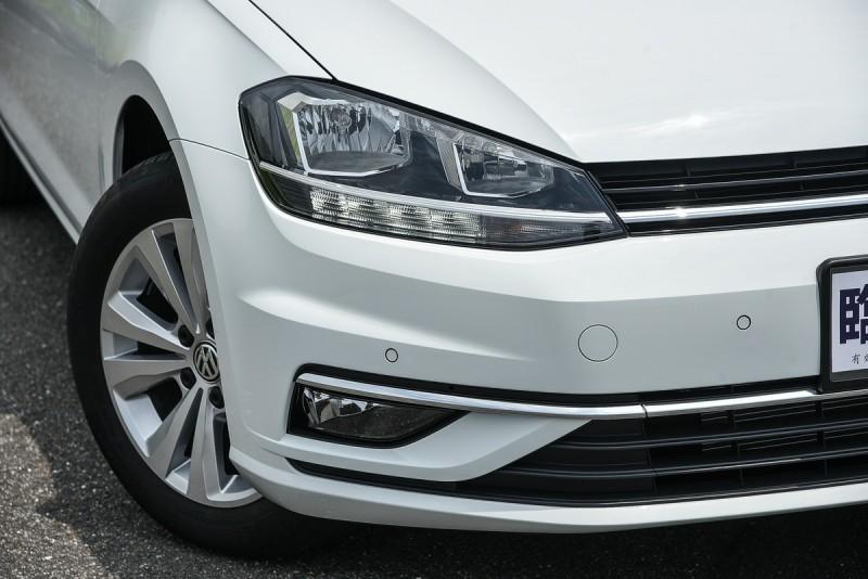 Golf 230 TSI Comfortline採用遠近分離鹵素大燈搭配多點式LED晝行燈,壞了可以自己輕鬆換燈泡。