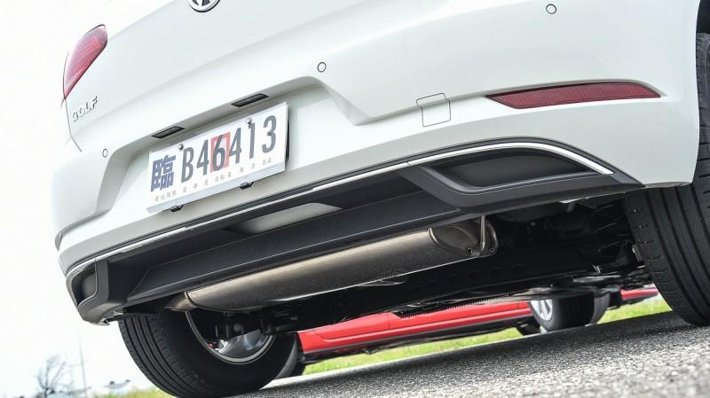 Golf 230 TSI Comfortline搭配實用沉穩的拖曳臂後懸吊,後下氣壩如果能開孔更好看