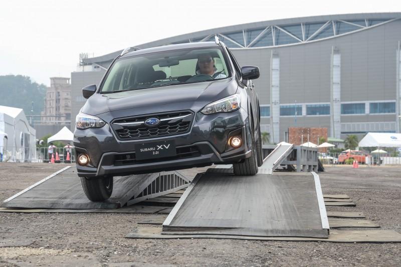 蹺蹺板路面也會讓對角車輪騰空,考驗X-Mode針對車輪的控制能力。